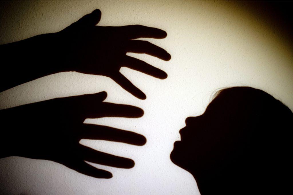"""Ein """"Wunderheiler"""" soll jugendliche Mädchen missbraucht haben. Er gab vor, sie mit Massagen von Krankheiten heilen zu können."""