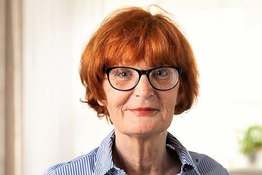 Die gesundheitlich angeschlagene Monika Hohmann bekommt schon lange beim Haarefärben Hilfe von einer Verwandten.