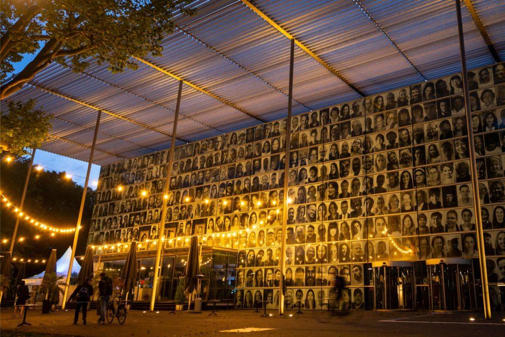 Im letzten Jahr waren die Ruhrfestspiele ausgefallen. Stattdessen hingen für ein Projekt des Künstlers JR Porträts von Besuchern und Darstellern am Haus.
