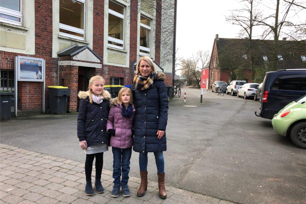 Endlich an der Ludgerischule angekommen: (v.l.) Hannah, Louisa und Daniela Surholt.
