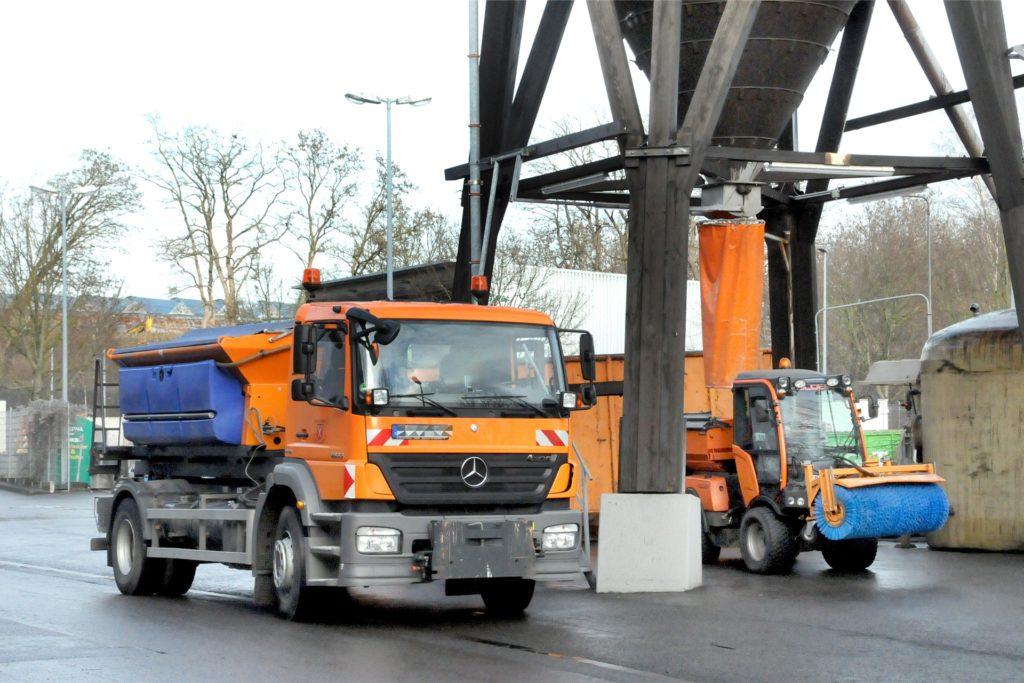 Alle Streufahrzeuge wollen nachgefüllt werden: Hochbetrieb herrscht unter dem 250-Tonnen-Salzsilo am städtischen Bauhof Schwerte.