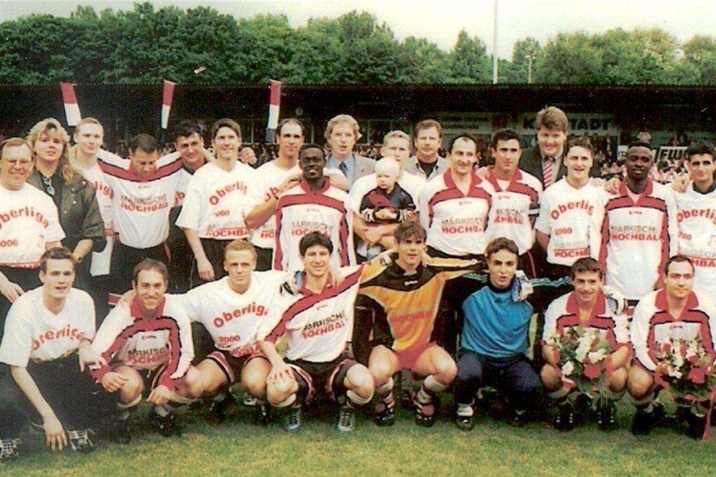 Schon beim Oberliga-Aufstieg des LSV im Jahr 2000 war Gianluca Reis dabei - und zwar bei seinem Vater Marcus (obere Reihe, zehnter von links) auf dem Arm.
