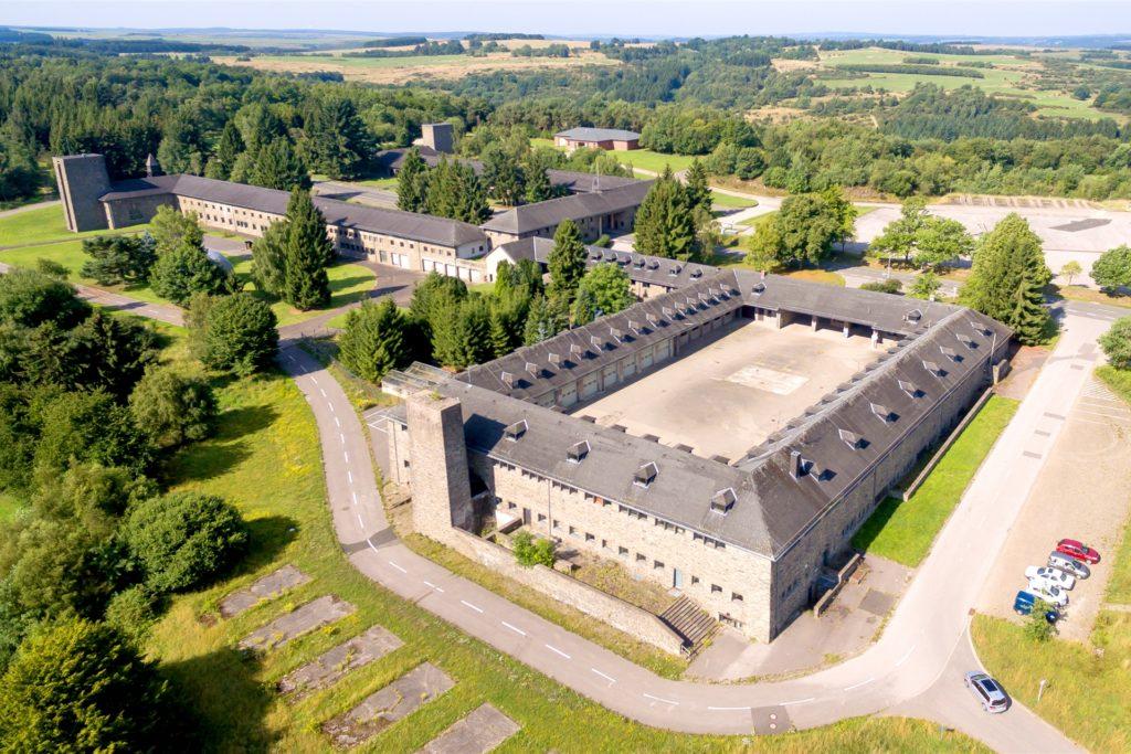 Der Fahrzeughof und das angrenzende Sanitätsgebäude aus der Nähe. Auf insgesamt rund 10.000 Quadratmetern sollen etwa 250 Opel-Oldtimer aus den 1930er- bis 1970er-Jahren ausgestellt werden. Etwa 150 Oldtimer sollen in Vreden bleiben.