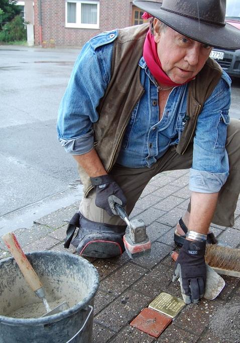 Künstler Gunter Demnig hat auch den Stolperstein Auf der Sagkuhl in Selm selbst verlegt.