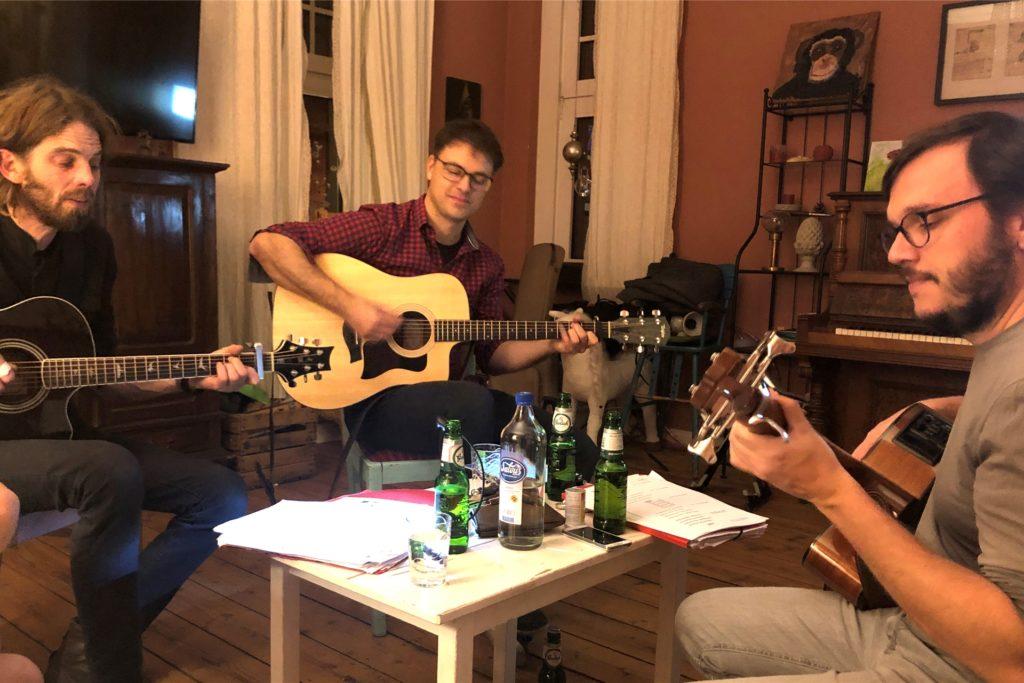 """Die Haifisch-Song-Macher aus Stadtlohn (von links): Ralf Doetkotte, Jörg Weßels und Tobias Harmeling (v.l.) alias """"Bullte aus Bo"""""""