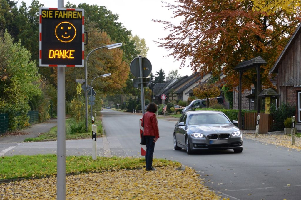 In Dorsten gibt es inzwischen vier Tempomesstafeln, die an wechselnden Einsatzorten Autofahrer ans Tempolimit erinnern.