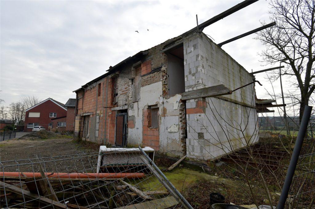 Auch von dieser Seite sieht es nicht besser aus. Das Haus Musste um zwei Meter eingekürzt werden.