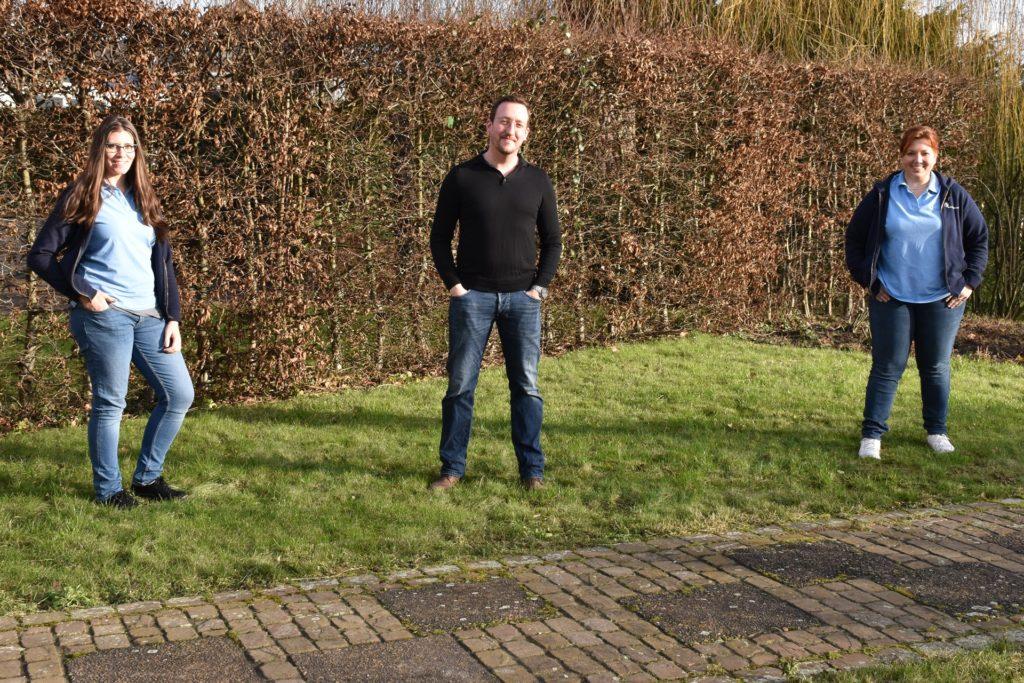 Thorsten Marr (Mitte) eröffnet eine zweite Physiotherapiepraxis. Jana Adrian (rechts) übernimmt die Praxisleitung an der Bergstraße, Melissa Dahlmann (links) die Leitung in der Praxis am Rosenweg. Nicht im Bild: Carina Ribic wird für den Empfangsbereich zuständig sein.