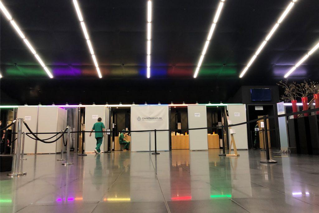 Im Foyer des Konzerthauses sind mehrere Testboxen aufgebaut.