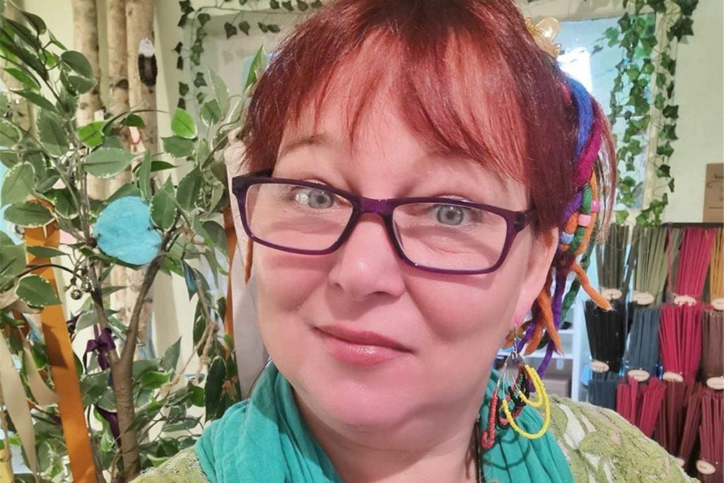 Künstlerin, Autorin und Hexe: Das ist Minerva Winter und sie will um das wirtschaftliche Überleben ihres Ladens kämpfen.