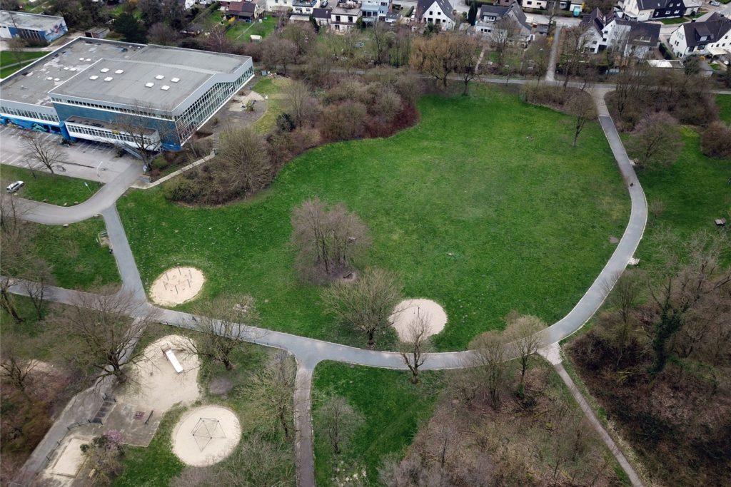 Hier könnte ein Eine-Million-Euro-Spielplatz entstehen: auf der Grünfläche hinter dem Hallenbad.