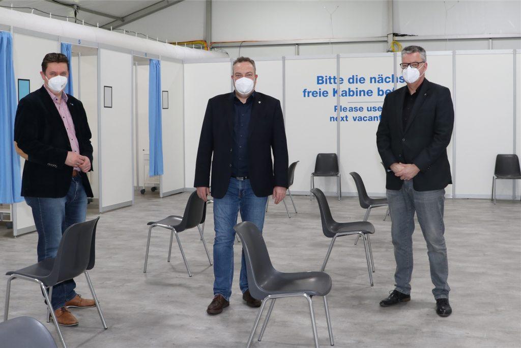 Castrop-Rauxels Bürgermeister Rajko Kravanja (l.) lobte das Pandemie-Management im EvK. Das Foto entstand am Dienstag, als Kravanja sich mit Landrat Bodo Klimpel (M.)  das Impfzentrum in Recklinghausen ansah.