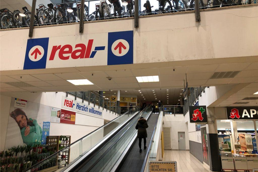 Der eigentliche Real-Markt befindet sich im Real-Gebäude in der Evinger Mitte in ersten Obergeschoss, das man über ein elektrisches Laufband erreicht