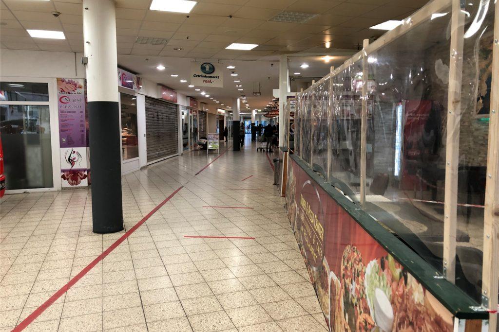 Im Erdgeschoss befinden sich viele kleinere Geschäfte, von denen in Corona-Zeiten viele geschlossen sind. Das Kundenaufkommen hält sich entsprechend in Grenzen