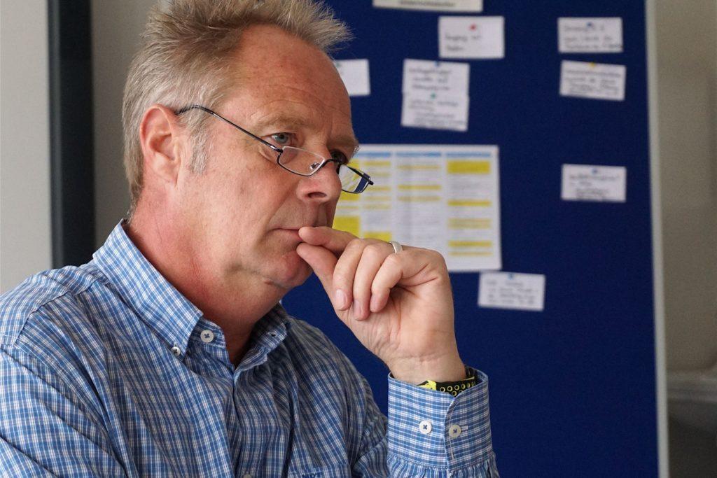 Schulleiter Dirk Schnitzler verschickt gerade viele Zeugnisse per Mail. Dabei achtet er auf den Datenschutz.
