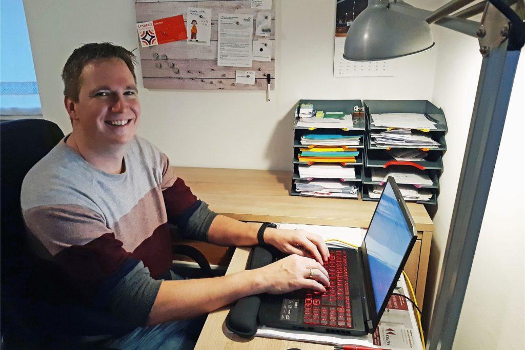 Lehrer Christof Niestegge bringt seinen Schülern vom Computer aus Mathe, Deutsch oder Englisch bei.