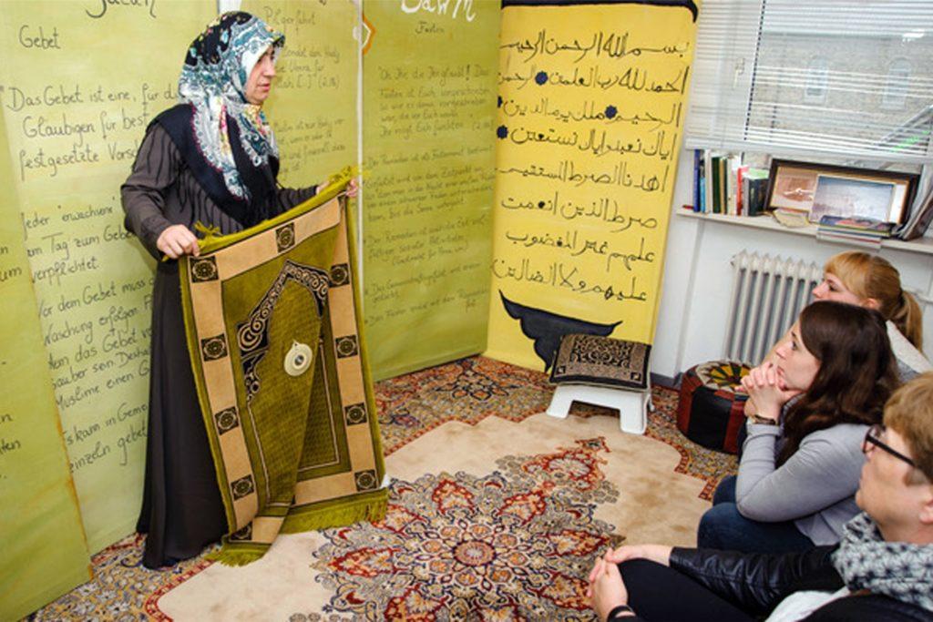 Im Abrahamshaus in Marl informieren ehrenamtliche Mitarbeiter über die drei Weltreligionen.