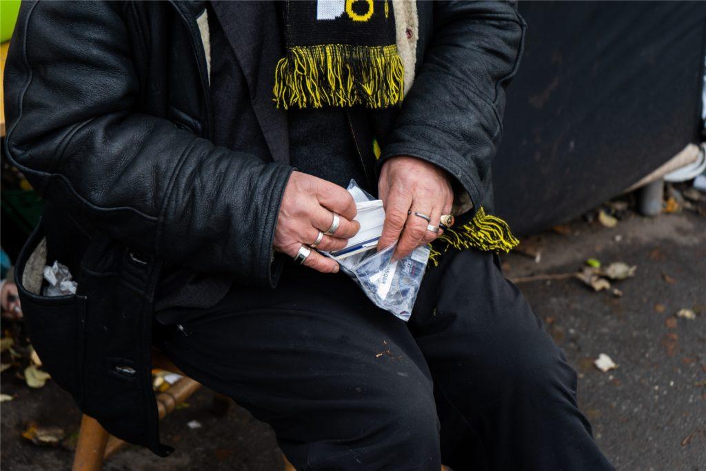 Der 66-Jährige ist starker Raucher, meistens dreht er sich Zigaretten selbst.