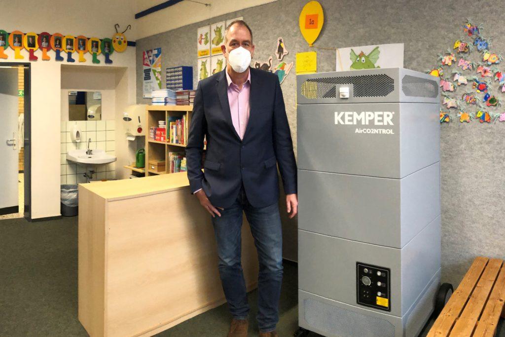 Schulleiter Oliver Puthen freut sich über die Investition der Stadt Stadtlohn in Luftreinigungsgeräte für jedes Klassenzimmer.