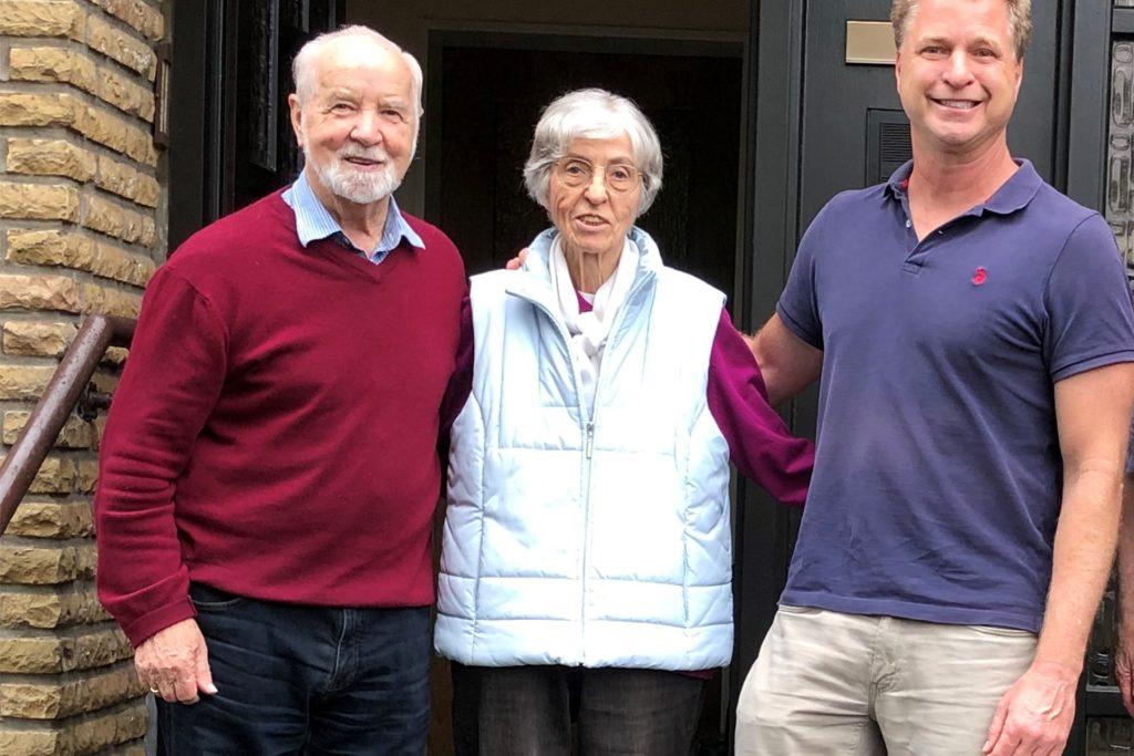 Besuch aus Amerika: Tim Wessels (r.) überbrachte eine Familienchronik der Familie Rolwing an Heinrich und Maria Aertker.