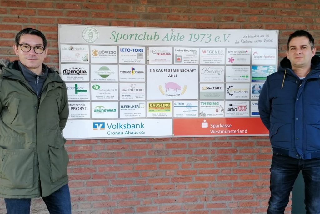 Der Klubvorsitzende Berthold Göcke (l.) hieß den neuen Coach Jörg Alfert beim SC Ahle willkommen.