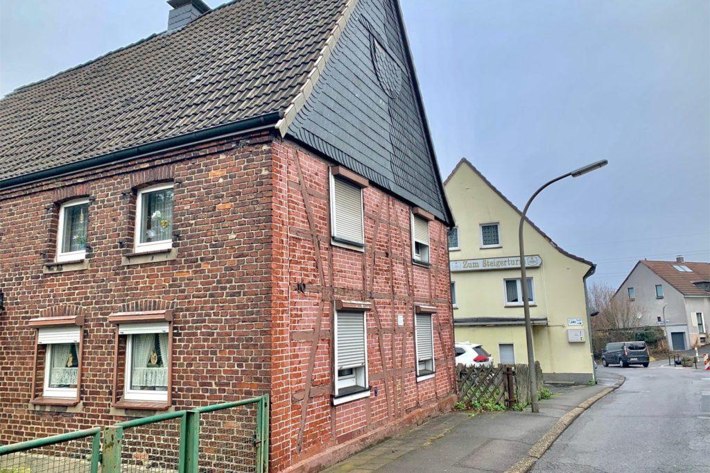 Diese Häuser sollen weichen. Das gelbe im Hintergrund ist ein altes Fachwerkhaus.
