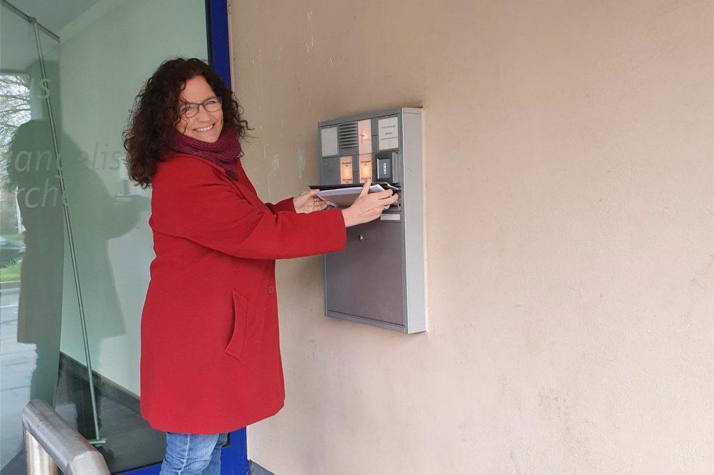 Birgit Leimbach beim Einwerfen ihrer Bewerbung für die Stelle der Schulseelsorgerin an der Geschwister-Scholl-Gesamtschule.