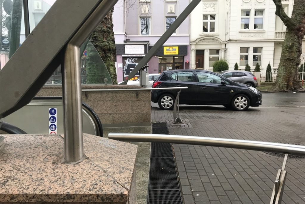 """Der Kiosk """"Zwischenstopp"""" liegt direkt am Eingang zur U-Bahn-Haltestelle Kreuzstraße."""