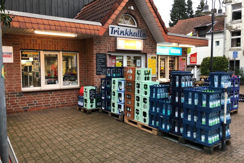 Nach zwei Tagen, an denen die Trinkhalle an der Hauptstraße in Bork geschlossen hatte, stehen jetzt wieder Getränkekästen draußen vor dem Geschäft. Sichtbares Zeichen dafür, dass der Kiosk wieder geöffnet hat.