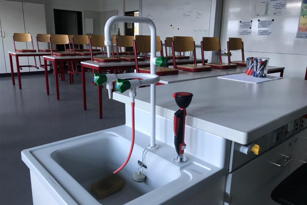 Niemand hier, alle zuhause. Nur einzelne Lehrer, Hausmeister und Sekretärinnen sind während des Corona-Lockdowns im Leibniz-Gymnasium.