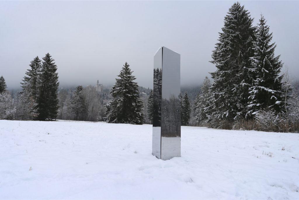 Auch unterhalb des Schlosses Neuschwanstein stand Ende 2020 auf einer verschneiten Wiese ein Monolith.