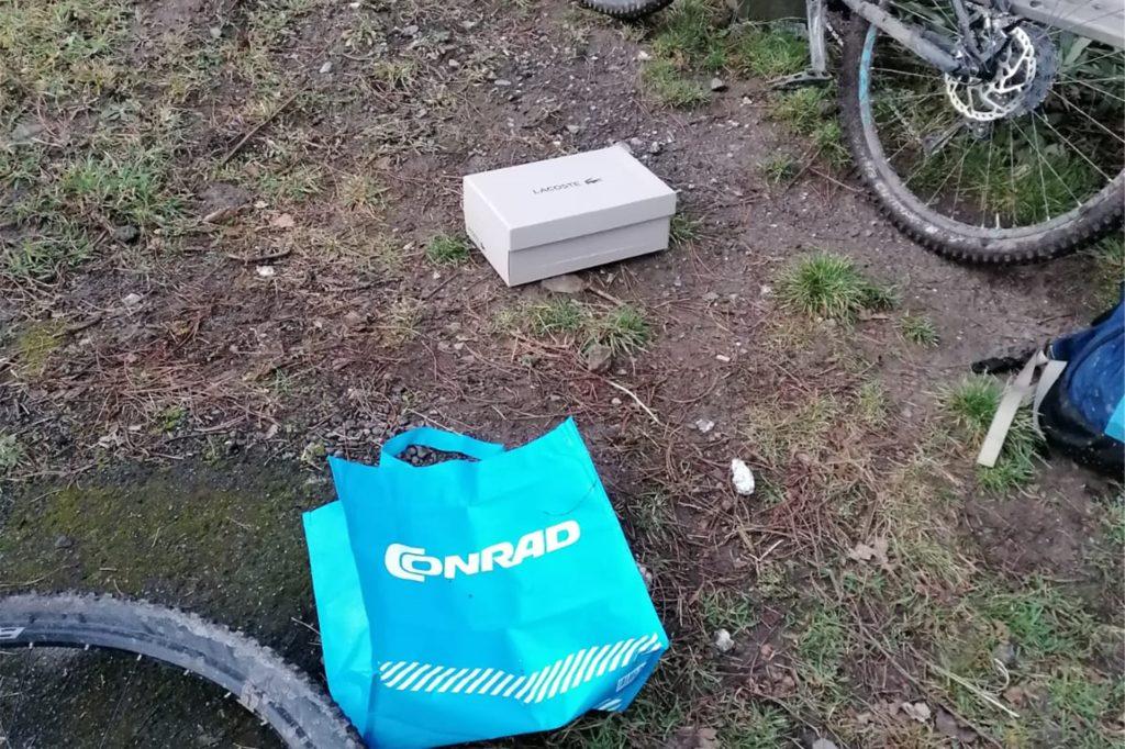 Der Schuhkarton mit den Katzen steckte in der blauen Conrad-Tüte.