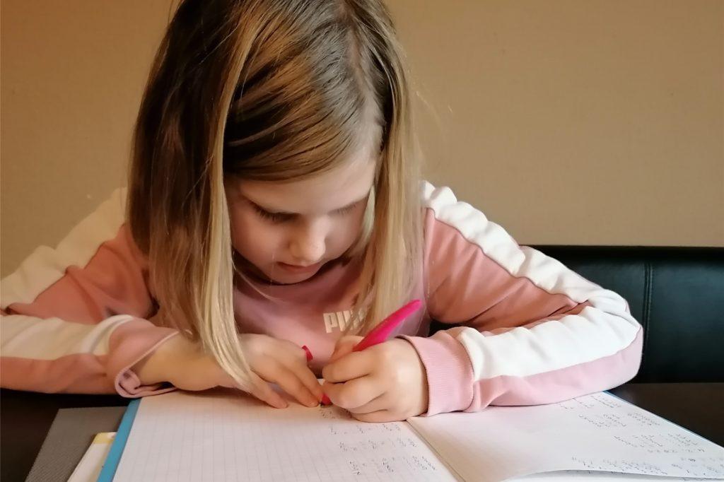 Auch Pauline geht in Legden zur Schule, auf die Brigidenschule. Sie mag es, dass sie sich ihre Aufgaben selbst einteilen kann.