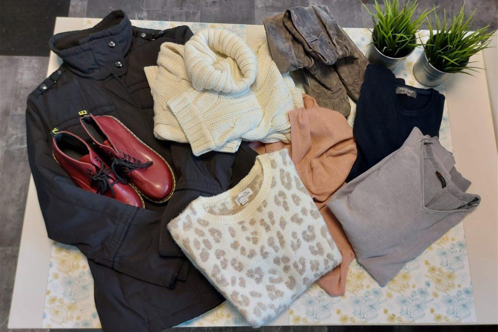 Klamotten passend zum Wetter und in winterlichen Farben werden derzeit in der Kleinen Modeboutique verschenkt.