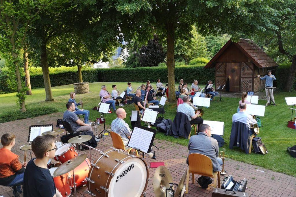 Im Sommer konnte immerhin mit Abstand im Garten des Musikhauses geprobt werden.