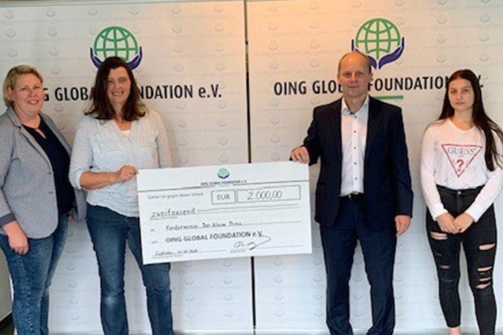 David Oing und Tochter Hannah (r.) übergeben einen Spendenscheck an die Vertreterinnen der Vredener Kita