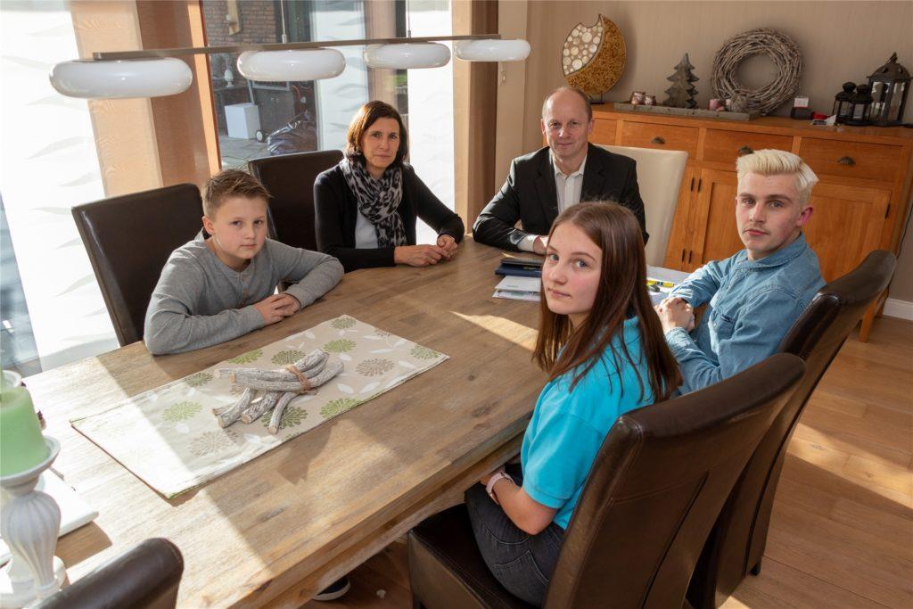 Vereinsversammlung am Esstisch: Hier berät Familie Oing über Hilfsprojekte der Oing Global Foundation.