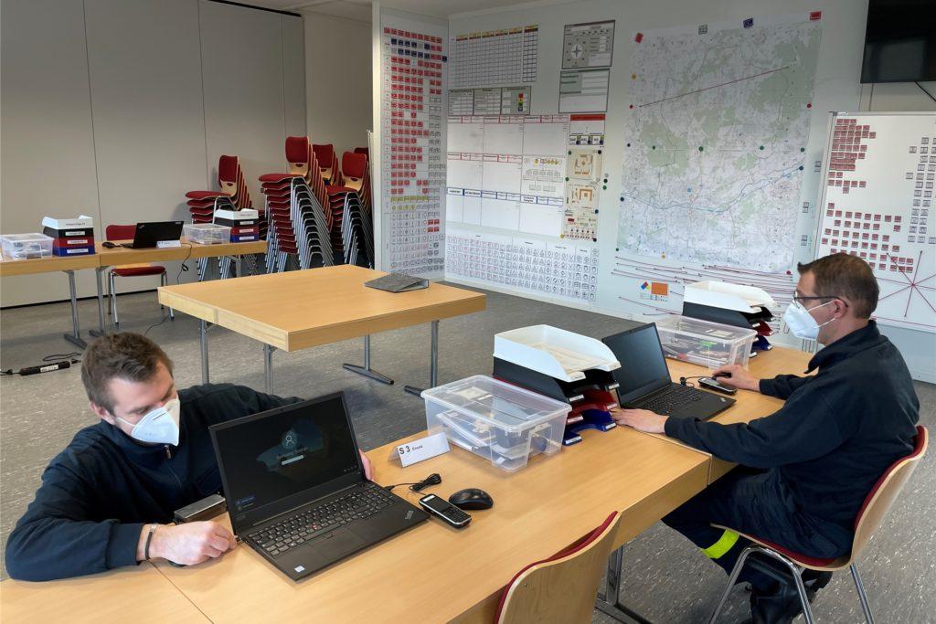 Die Feuerwehr richtete am Freitag einen Raum für die Örtliche Einsatzleitung ein, die am Sonntag bei Bedarf von dort aus die Einsätze koordiniert.