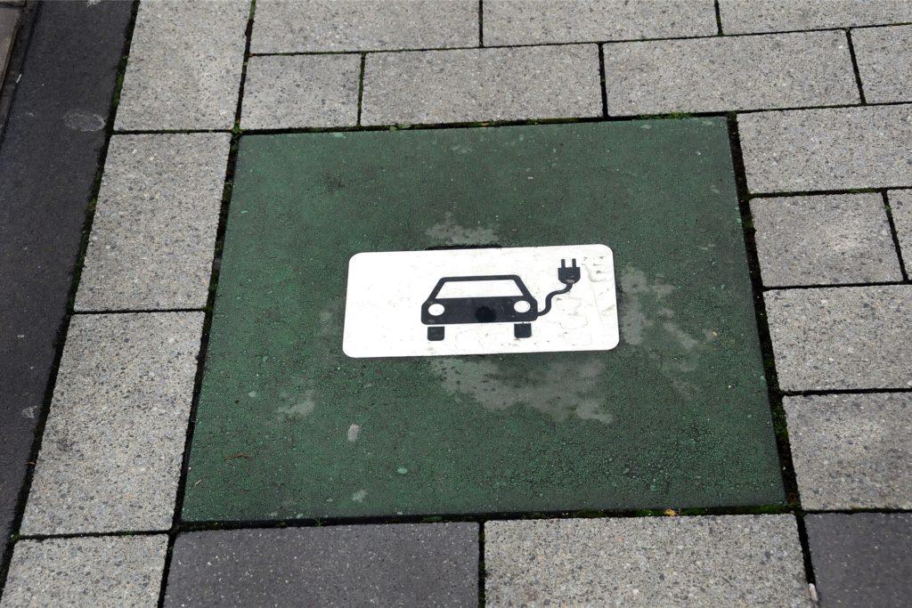 Die Piktogramm-Markierung im Pflaster allein reserviert den Parkplatz nicht für Elektroautos. Sie muss durch ein offizielles Verkehrsschild nach der Straßenverkehrsordnung ergänzt werden, wie Stadtsprecher Ingo Rous erläutert.