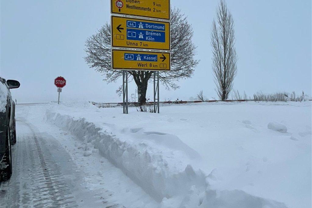 Nach Siddinghausen gelangt man von der B1 über die Hauptstraße - wenn sie nicht völlig vereist und zugeschneit ist, wie auf diesem Bild von Sonntagnachmittag.