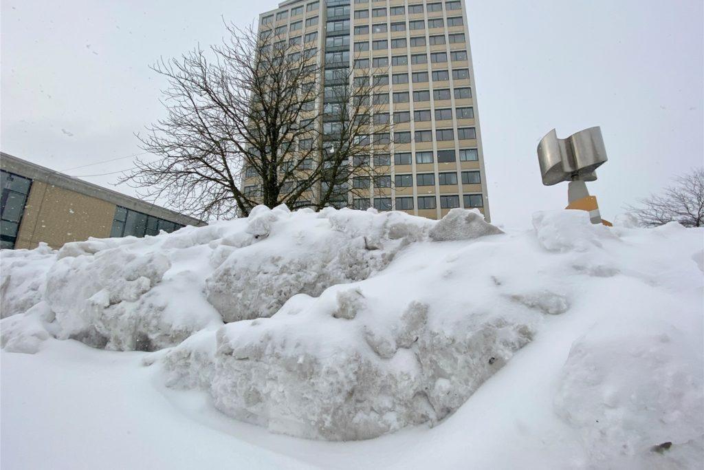 Bei eisigen Temperaturen ist auch der Marktplatz vor dem Rathaus alles von Schnee eingedeckt. Der Wochenmarkt am Dienstag (9. Februar) fällt aus.