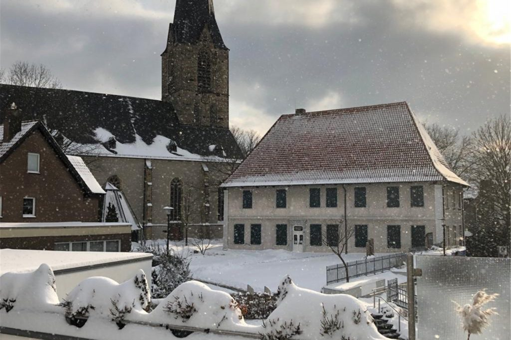 Am Karl-Pollender-Museum sind am Nachmittag einige Sonnenstrahlen, gepaart mit Schneeflocken, zu sehen.