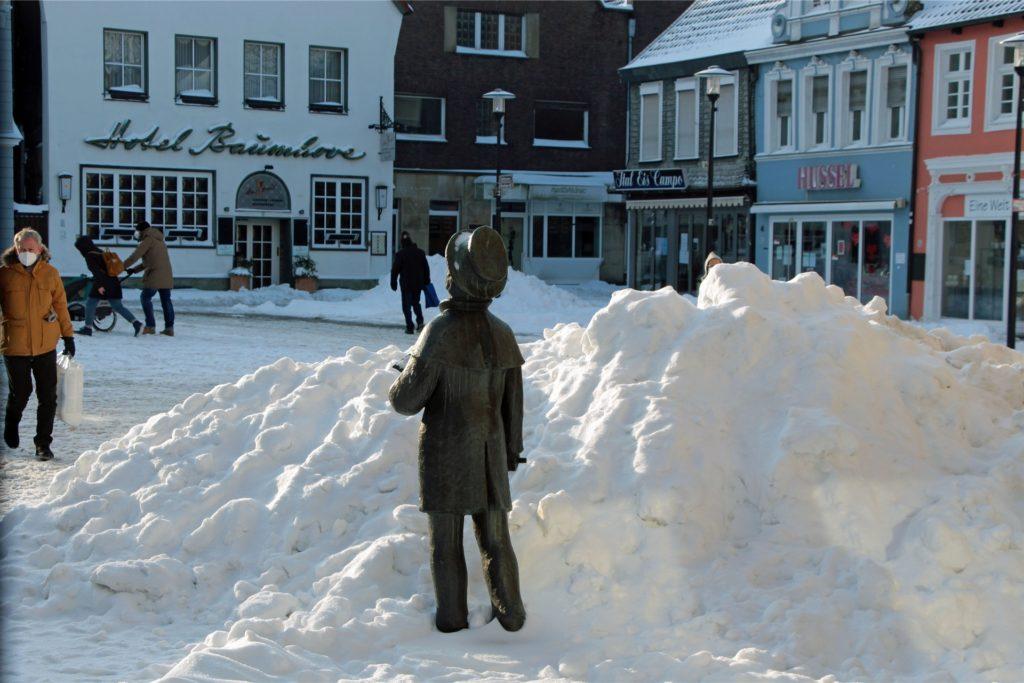 Der Ausrufer auf dem zugeschneiten Marktplatz in der Wintersonne.