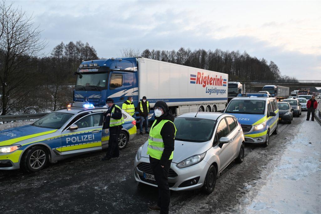 Relativ zügig, gemessen am Aufwand, konnte die Autobahnpolizei Münster die A31 nach der Lkw-Havarie wieder freigeben.