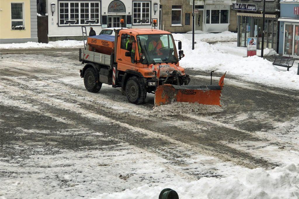 Ein Fahrzeug des Bauhofes Werne ist am Mittwoch auf dem Marktplatz Werne zu sehen.