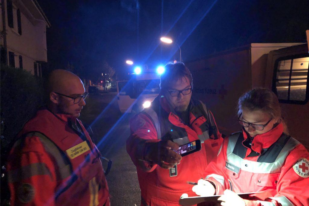 Wenn Menschen Hilfe brauchen, spielt die Tageszeit keine Rolle. Nico Müller und Thorsten Grund (v. l.) haben den Einsatz an der A44 geleitet. Das Bild zeigt sie bei einer früheren Aktion mit Chantal Glienke.