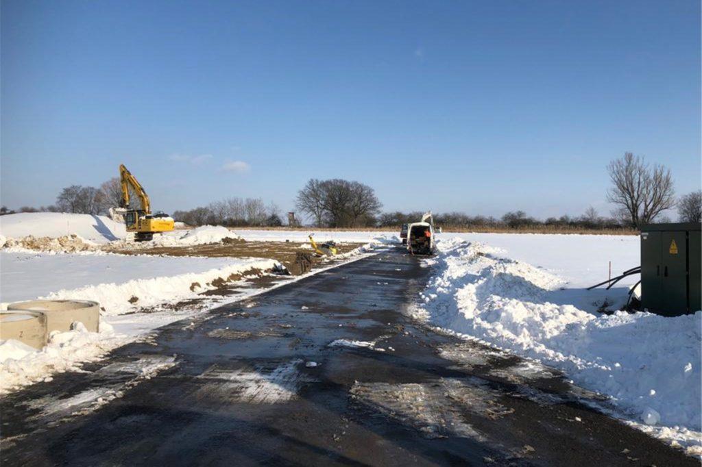 Die Wege zu den Grundstücken und das Baufeld müssen vom Schnee befreit werden.