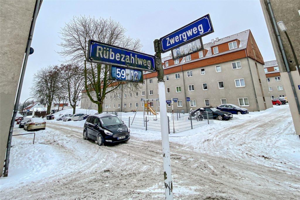 Der Bordstein ist nicht zu erkennen, weil die Straßen nach Vorgabe der Stadt weder geräumt noch gestreut werden.