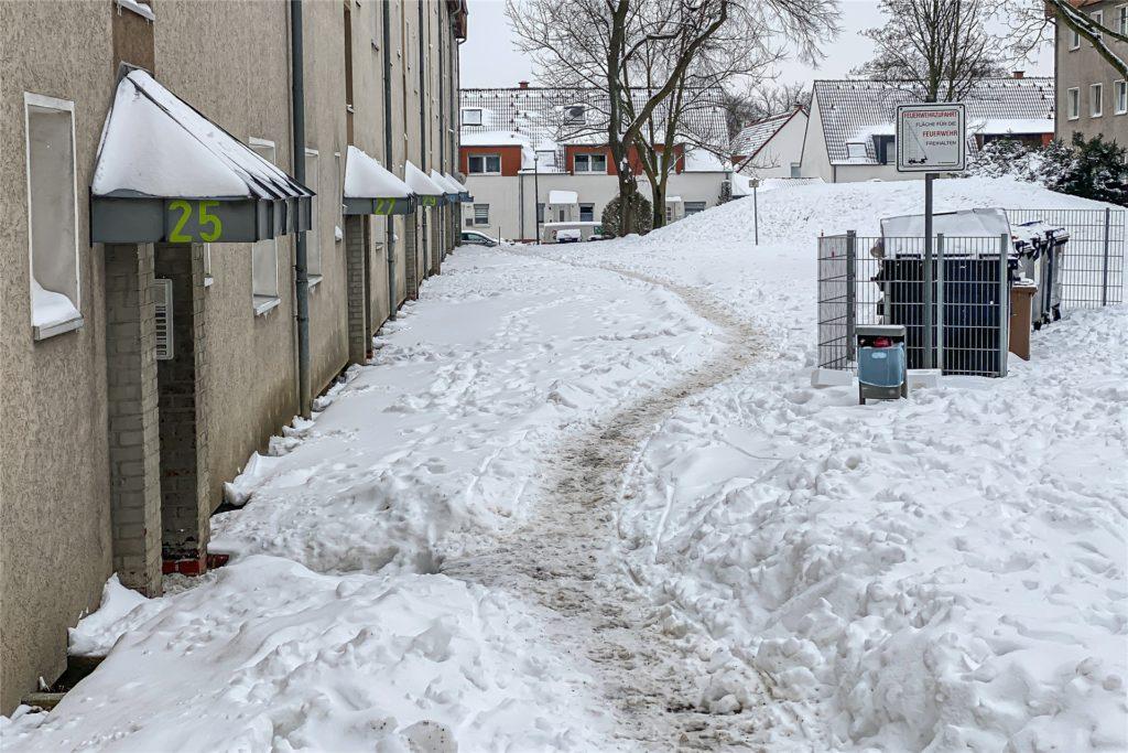 Die LEG hat einen Dienstleister beauftragt, die Wege zu den Häusern am Rübezahlweg zu räumen. Die kommen aber offenbar seit drei Tagen nicht hinterher.