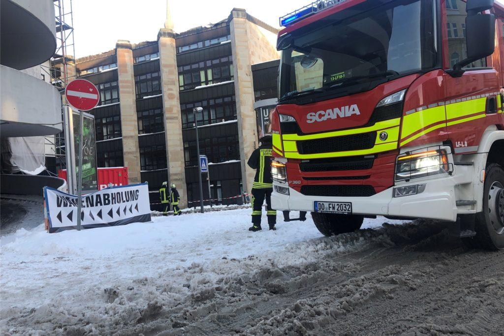 Feuerwehrleute inspizieren das Dach des Katholischen Zentrums in der Dortmunder Innenstadt, weil dort Schnee herab zu stürzen drohte.